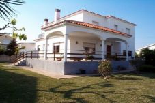 Villa with 4 rooms at 800 m from the beach