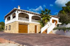 Villa with 4 bedrooms at 2000 m from the beach